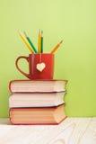 Stapel Bücher des gebundenen Buches, Tagebuch auf hölzerner Plattformtabelle und grüner Hintergrund Zurück zu Schule Kopieren Sie Lizenzfreie Stockfotos