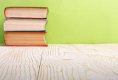 Stapel Bücher des gebundenen Buches, Tagebuch auf hölzerner Plattformtabelle und grüner Hintergrund Zurück zu Schule Kopieren Sie Lizenzfreie Stockfotografie