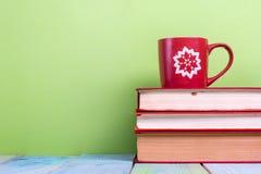 Stapel Bücher des gebundenen Buches, Tagebuch auf hölzerner Plattformtabelle und grüner Hintergrund Zurück zu Schule Kopieren Sie Lizenzfreies Stockbild