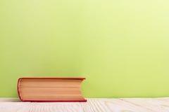 Stapel Bücher des gebundenen Buches, Tagebuch auf hölzerner Plattformtabelle und grüner Hintergrund Zurück zu Schule Kopieren Sie Lizenzfreie Stockbilder