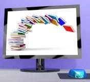 Stapel Bücher, die auf das Computerschau-on-line-Lernen fallen Stockfoto