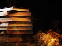 Stapel Bücher in einem brennenden Feuer Stockbild