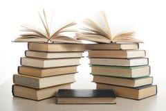 Stapel Bücher getrennt auf weißem Hintergrund getrennte alte Bücher Zurück zu Schule Lizenzfreie Stockfotografie
