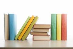 Stapel Bücher getrennt auf weißem Hintergrund getrennte alte Bücher Zurück zu Schule Stockbild