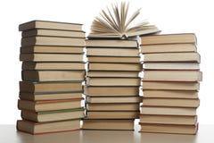 Stapel Bücher getrennt auf weißem Hintergrund getrennte alte Bücher Zurück zu Schule Stockfotografie