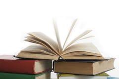 Stapel Bücher getrennt auf weißem Hintergrund getrennte alte Bücher Zurück zu Schule Stockfotos
