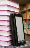 Stapel Bücher mit Ebuch Leser lizenzfreies stockfoto