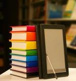 Stapel Bücher mit Ebuch Leser stockfotografie