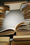 Stapel Bücher mit einem offen unter ihnen Stockfotografie