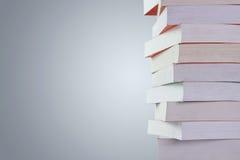 Stapel Bücher mit Exemplarplatz Stockbilder