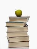 Stapel Bücher mit grünem Apfel auf die Oberseite Stockbild