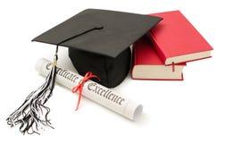 Stapel Bücher mit Schutzkappe und Diplom Lizenzfreie Stockbilder