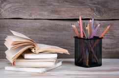 Stapel Bücher und Bleistifte auf dem Holztisch Lizenzfreie Stockfotografie