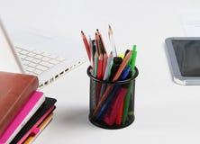 Stapel Bücher und Briefpapier auf weißem Hintergrund Lizenzfreies Stockbild