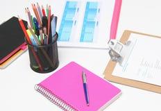 Stapel Bücher und Briefpapier lokalisiert auf weißem Hintergrund Stockfotografie