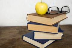 Stapel Bücher und Gläser Stockbild