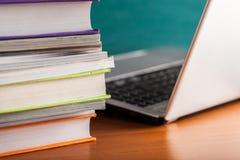 Stapel Bücher und Zeitschriften mit Laptop lizenzfreie stockfotografie