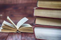 Stapel Bücher vor dem hintergrund eines offenen Buches Stockfotos