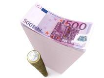 Stapel bankbiljetten en muntstukken van euro op geïsoleerda w Stock Afbeelding