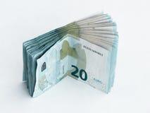 Stapel bankbiljetten met een waarde van 20 die Euro op een witte achtergrond wordt geïsoleerd Stock Foto's