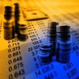 Stapel Bargeld und Münzen Stockfotos
