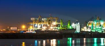 Stapel Bauholz an den Docks und an den Sandhaufen Lizenzfreie Stockfotografie