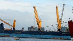 Stapel Bauholz an den Docks und an den Sandhaufen Stockbilder