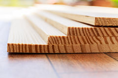 Stapel Bauholzholz mit Streifen Stockbilder