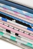 Stapel Baumwollgewebematerial lokalisiert auf Weiß Stockfotos