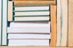 Stapel benutzte alte Bücher Stockfoto