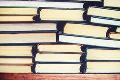 Stapel benutzte alte Bücher in der Schulbibliothek, getontes Quer-Proce Lizenzfreies Stockfoto