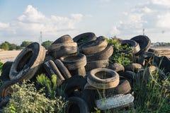 Stapel benutzte Reifen im Freien Stockfoto