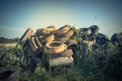 Stapel benutzte Reifen im Freien Lizenzfreie Stockfotos