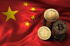 Stapel Bitcoin-Münzen auf chinesischer Flagge Situation von Bitcoin und von anderen cryptocurrencies in China Lizenzfreie Stockfotografie