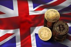 Stapel Bitcoin-muntstukken op Britse vlag Situatie van Bitcoin en andere cryptocurrencies in het UK Stock Afbeeldingen