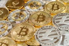 Stapel bitcoin, rimpeling, etherum en litecoin muntstukken Virtueel muntconcept stock afbeeldingen