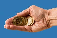 Stapel bitcoins mit blauem Hintergrund Lizenzfreies Stockfoto