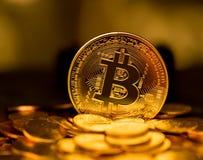 Stapel bitcoins mit Goldhintergrund Lizenzfreies Stockfoto