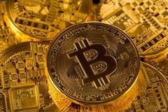 Stapel bitcoins mit Goldhintergrund Lizenzfreie Stockfotografie