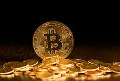 Stapel bitcoins mit Goldhintergrund Lizenzfreies Stockbild