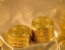 Stapel bitcoins mit Goldhintergrund Stockbilder