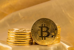 Stapel bitcoins mit Goldhintergrund Stockfotos