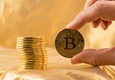 Stapel bitcoins mit Goldhintergrund Lizenzfreie Stockfotos