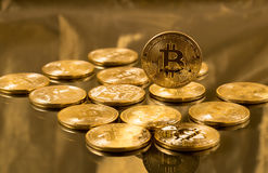 Stapel bitcoins mit Goldhintergrund Stockfoto