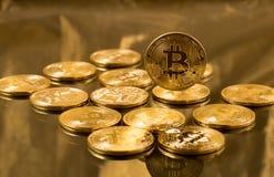 Stapel bitcoins mit Goldhintergrund Stockfoto