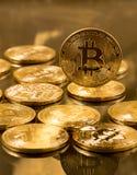 Stapel bitcoins mit Goldhintergrund Stockbild