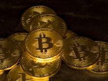 Stapel bitcoins mit Schieferhintergrund Lizenzfreie Stockfotos