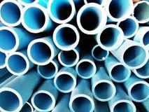 Stapel blaue PVC-Rohre Stockfoto