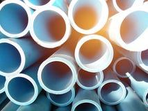 Stapel blaue PVC-Rohre mit Sonnenstrahl Stockbild