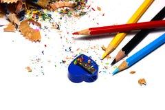 Stapel Bleistifte zerlegen mit Bleistiften und Bleistiftspitzer auf w in Bruchteile Lizenzfreie Stockfotos